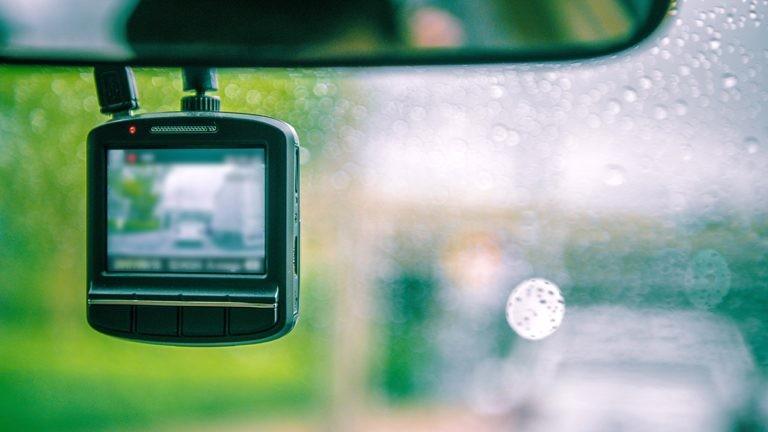 Kamera samochodowa na przedniej szybie samochodu